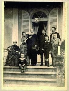 Esta é a última foto da familia imperial no Brasil, tirada em Petrópolis em novembro de 1889, dias antes da Proclamação da República